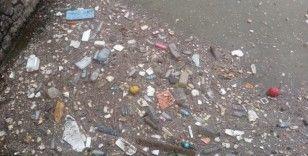 Deniz atılan plastik atıklar fırtınayla limana vurdu