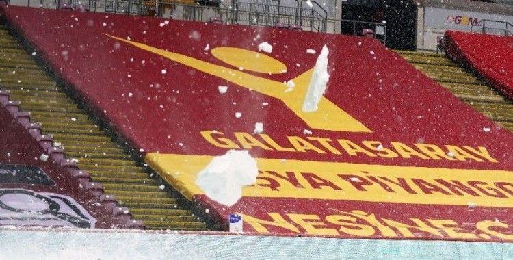 TT Stadı'nda çatıdaki karlar temizlendi