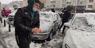 Kısıtlamayı unutan gençler kar topu savaşı yaptı