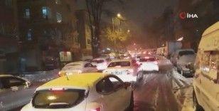 Başkent'te kar trafiği durma noktasına getirdi