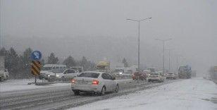 Kar yağışı nedeniyle Samsun-Ankara kara yolunda ulaşım aksıyor