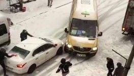 Esenyurt'ta karda kayan aracın minibüse çarptığı anlar kameralara yansıdı