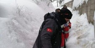 Kastamonu'da kar nedeniyle köyde mahsur kalan hamile kadın ve 55 günlük bebek kurtarıldı
