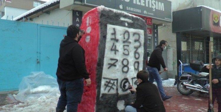 Kardan adam yerine kardan cep telefonu yaptılar
