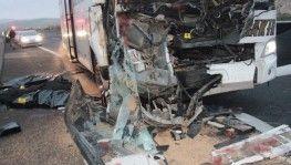 Yolcu otobüsü tıra arkadan çarptı