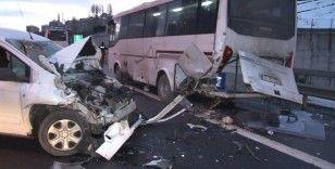 TEM Otoyolu'nda ticari araç, polis çevik kuvvet minibüsüne çarptı: 1 yaralı