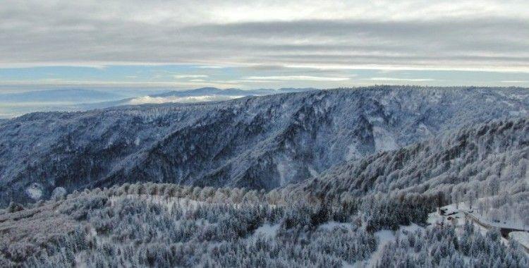 Kar kalınlığının 1,5 metreye ulaştığı Kartepe'de kartpostallık görüntüler