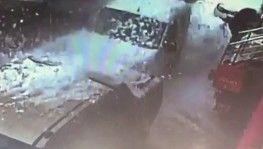 Ümraniye'de çatıdan düşen kar kütlesinin altında kalmaktan son anda kurtuldular