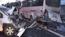 TEM Otoyolu'nda ticari araç, polis çevik kuvvet minibüsüne çarptı