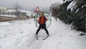 Paramotorla karların üzerinde kayak yaparak evine gidiyor