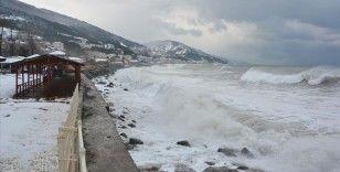 Kastamonu'da etkili olan fırtına nedeniyle Karadeniz'de 4 metre yüksekliğinde dalgalar oluştu