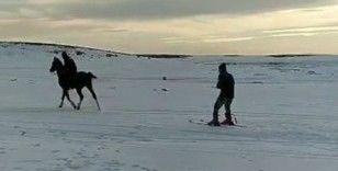 Kar üzerinde atlarıyla birlikte kayak yaptılar