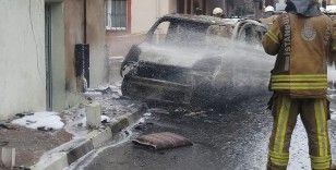 Kağıthane'de panik anları: Alev alan araç doğalgaz kutusuna çarparak durdu