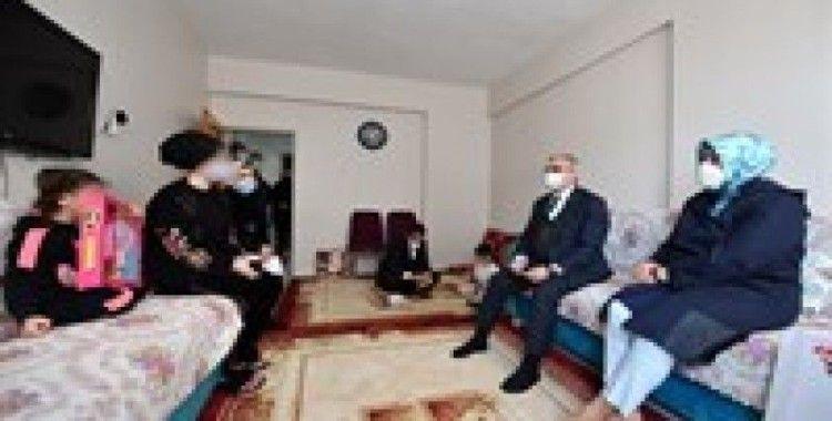 Vali Münir Karaloğlu, eşi ile birlikte yetim çocukları ziyaret etti