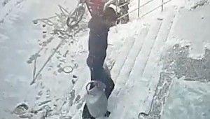 Buzlanan merdivende tüpçünün zor anları