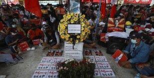 Myanmar'da protestocular polisin müdahalesi sonucu yaşamını yitiren göstericiyi andı