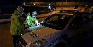 Sokağa çıkma kısıtlamasında polisin dur ihtarına uymayan sürücü aracını bırakıp kaçtı