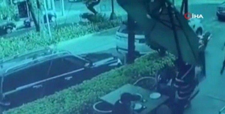 Meksika'da bir kişi kendisini soymaya çalışan hırsızlarla çatışmaya girdi
