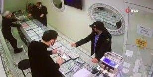 Müşterilerin gözü önünde alyans tablasını aldı kaçtı