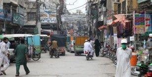 Pakistan'da Kovid-19 kısıtlamaları kaldırılmaya başlandı
