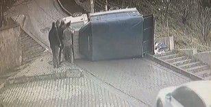 Kağıthane'de kamyonetin devrilme anı kamerada
