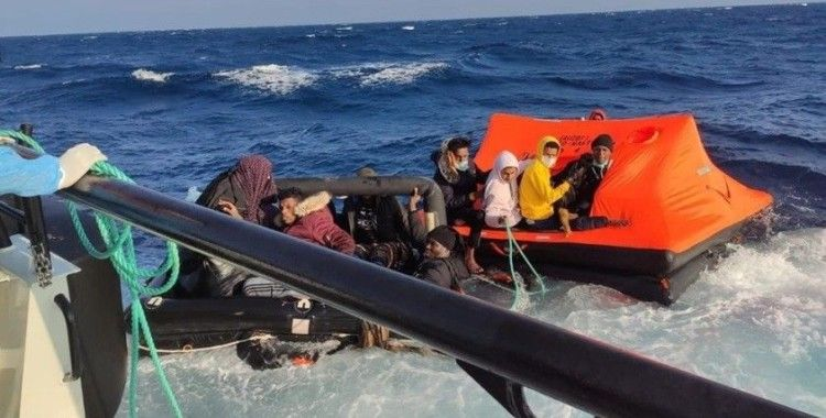 İzmir açıklarında Yunun unsurlarınca geri itilen 31 düzensiz göçmen kurtarıldı