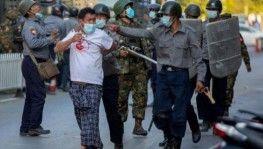 Myanmar'da protestoculara ateş açıldı