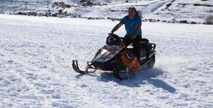 Çıldır'da buz üstünde kar motoru ile heyecanlı drift