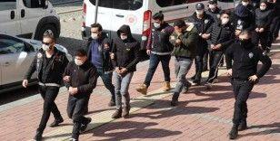 Gençleri zehirleyen torbacılara operasyon: 8 gözaltı
