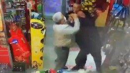 Husumetlisinin boğazına markette bıçak dayadı