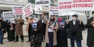 Vanlı anneler evlatları için HDP il binasına yürüdü
