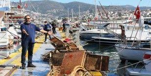 Sahilde olması gereken onlarca şezlong deniz dibinden çıkarıldı