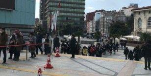 İstanbul'da AVM girişinde metrelerce kuyruk oluştu
