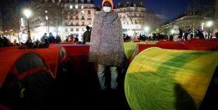 Yüzlerce göçmen, Paris'in ortasına çadır kurdu