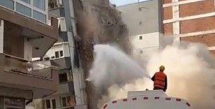 Ağır hasarlı bina yıkım esnasında çöktü, başka binaya hasar verdi