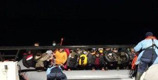 İzmir açıklarında 76 düzensiz göçmen kurtarıldı