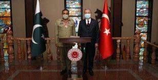 Bakan Akar, Pakistan Genelkurmay Başkanı Raza'yı kabul etti