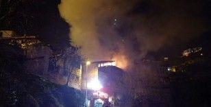 Karabük'de iki katlı ahşap evde çıkan yangın tarihi evlere sıçramadan söndürüldü