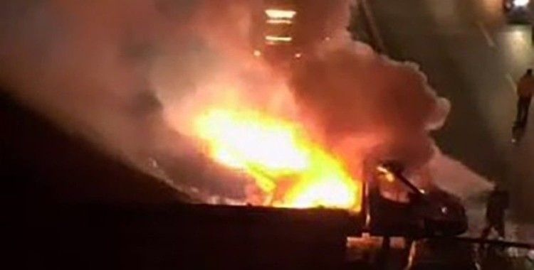 TEM otoyolunda maske yüklü kamyonet alev alev yandı