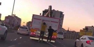 Batman'da patenli gençlerin kamyon arkasında tehlikeli yolculuğu kamerada