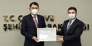 Bakan Kurum, Başkan Öztekin'e Sıfır Atık Belgesi'ni takdim etti
