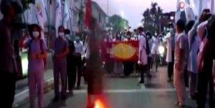 Myanmar'da darbe karşıtları ordunun hazırladığı 2008 anayasasını yaktı