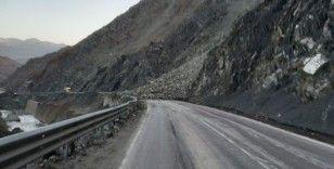 Van - Yüksekova karayolunda heyelan