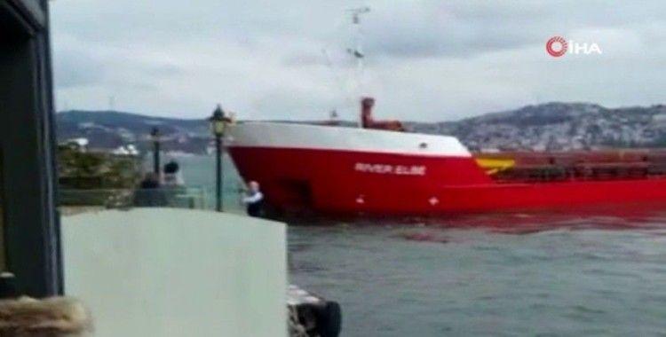 Boğazda arızalan geminin yalılara çarpmaktan son anda kurtulduğu anlar kamerada