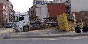 İnşaat alanından hafriyat alan kamyon devrildi