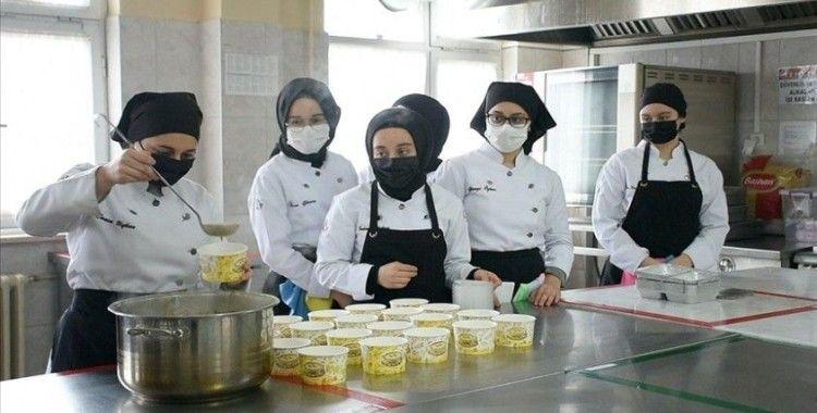 Bursa'da meslek lisesinin atölye mutfaklarında hazırlanan yemekler ihtiyaç sahiplerine 'şifa' oluyor