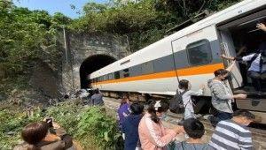 Tayvan'da tren raydan çıktı