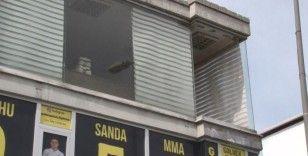 Esenyurt'ta feci olay kadının başına cam düştü