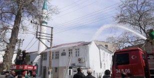 Tekirdağ'da cami yangını kamerada: Çatı alev alev yandı