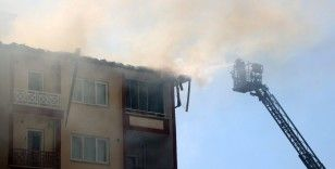 Diyarbakır'da korkutan yangın: Gökyüzü siyaha büründü, komşularını kapılarını çalarak kurtardı